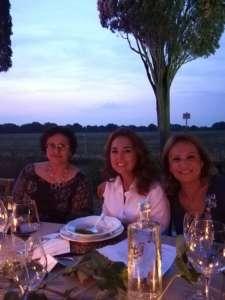 Foto a tavola di Maddalena Mazzeschi, Laura Zuddas e Silvia Cirri per la festa dei 25 anni della DOC Bolgheri